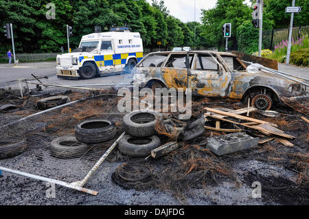 Belfast, Northern Ireland. 15th July 2013 - A police Landrover diverts traffic away from debris following a night - Stock Photo