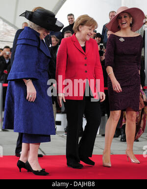 Chancellor Angela Merkel welcomes Queen Beatrix of the Netherlands (L) and Crown Princess  (R) in front of the Chancellory - Stock Photo