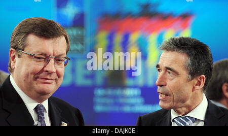 The Ukrainian Foreign Minister Konstantin Grishchenko and NATO General Secretary Anders Fogh Rasmussen (r) talk - Stock Photo