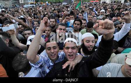 Yound men and women participate in the Islamist demonstration inFrankfurt am Main,Germany, 20 April 2011. Preacher - Stock Photo