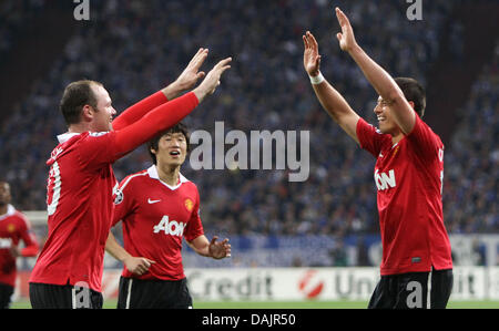 Manchester's Wayne Rooney (L) celebrates with Javier Hernandez after scoring the 0-2 during their UEFA Champions - Stock Photo