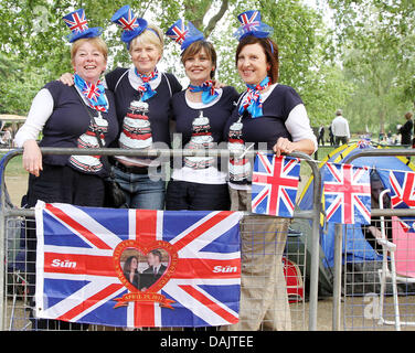 Royal fans posing outside Buckingham Palace prior to the royal wedding in London, Britain, 28 April 2011. Hundreds - Stock Photo