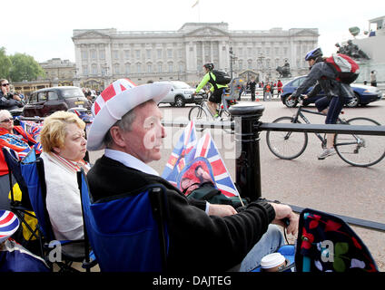 Royal fans sitting in chairs outside Buckingham Palace prior to the royal wedding in London, Britain, 28 April 2011. - Stock Photo