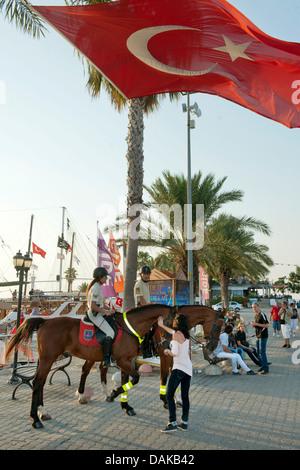 Türkei, Provinz Antalya, Side, Selimiye bildet das Zentrum von Side. berittene Polizei am Hafen - Stock Photo