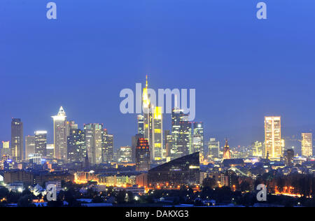 The skyline is pictured at twilight in Frankfurt, Germany, 10 May 2011. Photo: Marc Tirl  Die Skyline der Innenstadt - Stock Photo