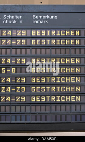 A destination board informs passengers on cancelled flights at the airport in Bremen, Germany, 25 May 2011. An ash - Stock Photo
