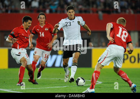 Germany's Mario Gomez (2-R) and Austria's Paul Scharner (l-r), Julian Baumgartlinger and Daniel Royer fight for - Stock Photo