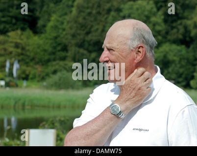 King Harald V of Norway stands at Quellental marina in Gluecksburg, Germany, 29 June 2011. The Norwegian monarch - Stock Photo