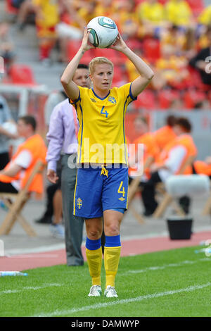 Sweden's  Annica Svensson throws in the ball during the preliminary round of the FIFA Women's soccer world cup match between Colombia and Sweden in Leverkusen, Germany, 28 June 2011. Photo: Revierfoto