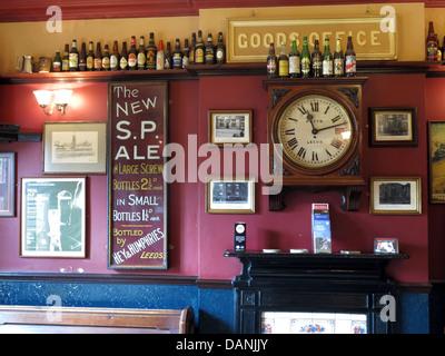 The West Riding Pub Dewsbury Station , The Ale Train from Stalybridge to Batley - Stock Photo