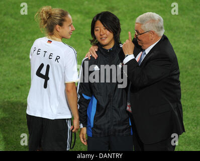 Theo Zwanziger, presdident of the German Football Associatin (DFB), chats with Japan's Yuki Nagasato (C)and Germany's - Stock Photo