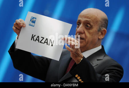 Julio Maglione, President of FINA, presents a sheet with the name of Kazan during the 2011 FINA World Swimming Championships, Shanghai, China, 15 July 2011. Kazan will host the FINA World Swimming Championships in 2015. Photo: Hannibal dpa Stock Photo