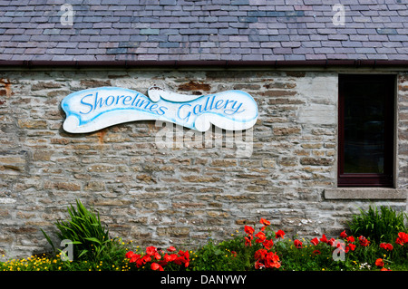 A sign on the side of Shorelines Gallery in Finstown on Mainland Orkney. The gallery features the work of local - Stock Photo
