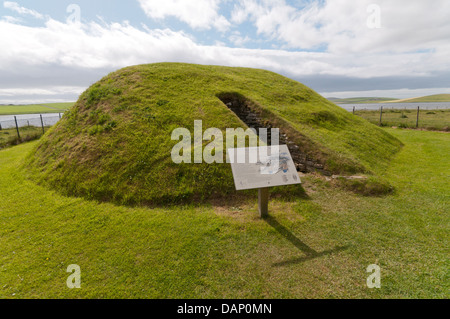 The chambered tomb of Unstan on Orkney Mainland with the Loch of Stenness in the background. - Stock Photo