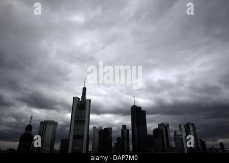Die Skyline der Stadt Frankfurt unter grau bewölktem Himmel, aufgenommen am Samstag (30.07.2011) in Frankfurt am - Stock Photo