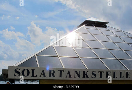 A solar filling station of a solar boat rental service is pictured in Berlin, Germany, 06 August 2011. Photo: Jens - Stock Photo