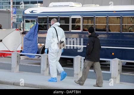(dpa file) - A file picture dated 02 March 2011 of officers walking past an USArmy military bus at Terminal 2 of - Stock Photo