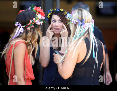 San Diego, California, USA. 17th July, 2013. JENNIFER KERNEY (center) has a conversation with flower-coiffed friends - Stock Photo
