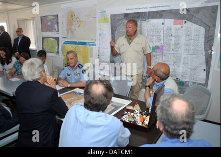 Camp Director Kilian Kleinschmidt of the Office of the United Nations High Commissioner for Refugees briefs US Secretary - Stock Photo