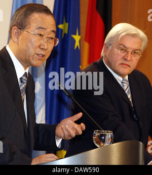 German Foreign Frank-Walter Steinmeier (R) and UN-Secretary General (L) shown at a press conference in Berlin, Wednesday, - Stock Photo