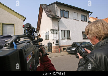 Journalists stand in front of Donald Klein's house in Lambsheim, Germany, Wednesday, 14 March 2007. He had been - Stock Photo