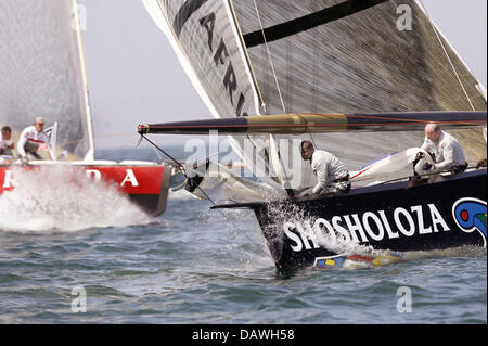 The South-African yacht Shosholoza (R) sails against the Italian yacht Luna Rossa at the fourth race of the Louis - Stock Photo
