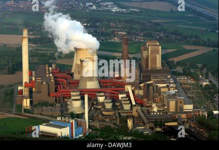 Smoke emerges from the cooling towers of the RWE brown coal-fired power plant Weisweiler, Germany, 25 April 2007. - Stock Photo