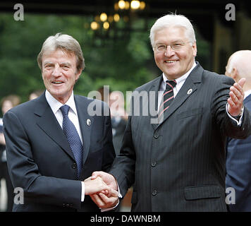 German Foreign Minister Frank-Walter Steinmeier (R) welcomes his French counterpart Bernard Kouchner at Cecilienhof - Stock Photo