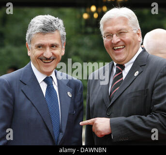 German Foreign Minister Frank-Walter Steinmeier (R) welcomes his Italian counterpart Massimo D'Alema at Cecilienhof - Stock Photo