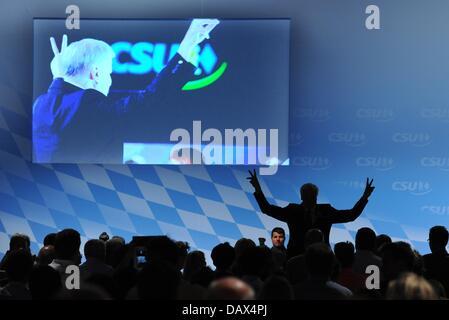 Der bayerische Ministerpräsident Horst Seehofer (Mite rechts, CSU) winkt am 19.07.2013 nach seiner Rede auf dem - Stock Photo