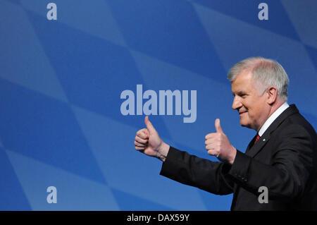 Der bayerische Ministerpräsident Horst Seehofer (Mitte, CSU) gestikuliert am 19.07.2013 nach seiner Rede auf dem - Stock Photo