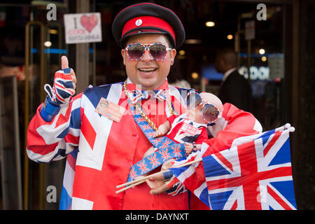London, UK. 21st July 2013. As the wait for the baby of the Duchess of Cambridge continues, performer Daniel Obando - Stock Photo