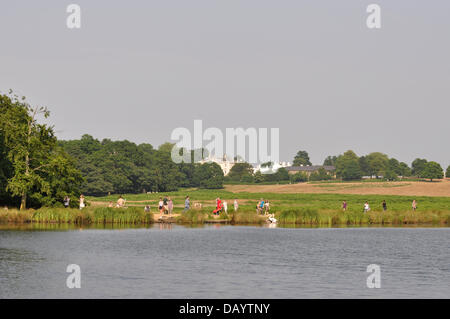 London, UK, Sunday 21st July 2013. As the heat wave continues across the whole of the UK, Londoners in the South - Stock Photo