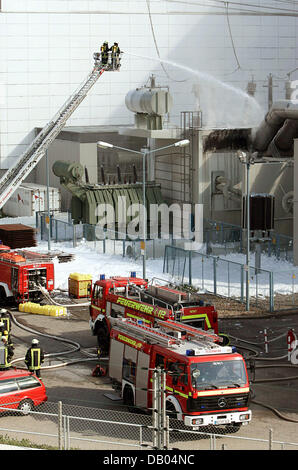 Firemen extinguish a fire at a transformer station on the compounds of the atomic power plant Kruemmel near Geesthacht, Germany, 28 June 2007. The power plant was shut down following the incident. There is no danger for the surroundings according to the fire brigade. Photo: Kay Nietfeld