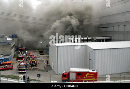 Firemen extinguish a fire at a transformer station on the compounds of the atomic power plant Kruemmel near Geesthacht, Germany, 28 June 2007. The power plant was shut down following the incident. There is no danger for the surroundings according to the fire brigade. Photo: Timo Jann