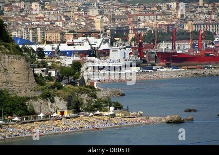 The picture shows the Amalfi Coast beach of Vietri sul mare (front) and Salerno (back), Italy, 18 June 2007. Photo: - Stock Photo