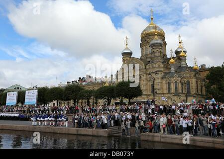 St. Petersburg, Russia. 20th July, 2013. Relatives wait patiently on the banks of the Neva River to meet the sailors - Stock Photo