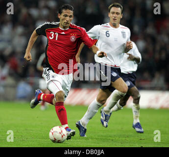 (dpa file) - Germany's Kevin Kuranyi (L) vies for the ball with England's John Terry (C) during the international - Stock Photo
