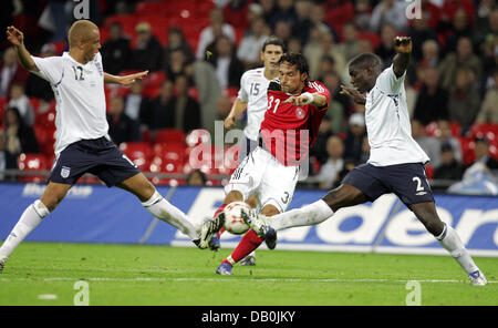 (dpa file) - England's Wes Brown (L) and Micah Richards (R) vie for the ball with Germany's Kevin Kuranyi during - Stock Photo