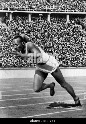 JESSE OWENS (1913-1980) American track and field athlete at the 1936 Olympic Games in Berlin - Stock Photo
