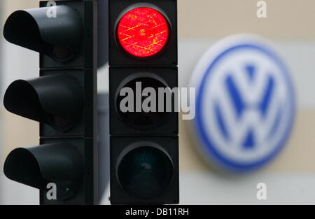 The traffic light is red at a Volkswagen (VW) car dealer in Hamburg, Germany, 23 October 2007. The EU?s highest - Stock Photo