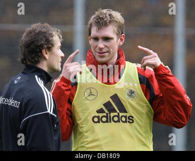 Player of the German national soccer team, Per Mertesacker, talks to goalkeeper Jens Lehmann (L) during team practice - Stock Photo