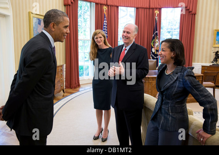 US President Barack Obama talks with, from left: Samantha Power, former Senior Director for Multilateral Affairs - Stock Photo