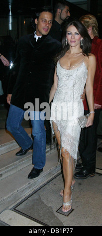 London, UK. 15th Oct, 2003. Elizabeth Hurley and Arun Nayar at fashion rocks aftershow party at roof garden, London, - Stock Photo
