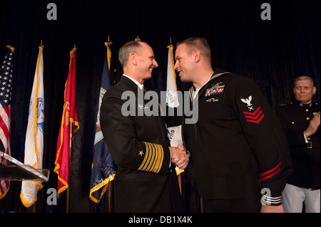 Chief of Naval Operations (CNO) Adm. Jonathan Greenert congratulates Cryptologic Technician (Interpretive) 1st Class - Stock Photo