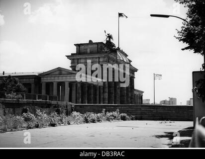 geography / travel, Germany, Berlin, Brandenburg Gate, west side with Berlin Wall, 1970, Additional-Rights-Clearences - Stock Photo
