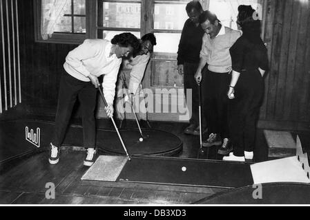 leisure, miniature golf, winter tourist playing miniature golf at the hotel, Val d'Isere, 1950s, Additional-Rights - Stock Photo