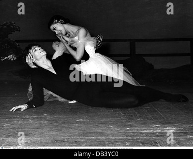 Nureyev, Rudolf, 17.3.1938 - 6.1.1993, British ballet dancer, choreographer of Russian origin, half length, with - Stock Photo
