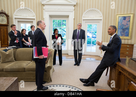 President Barack Obama talks with advisors in the Oval Office, June 25, 2013. Pictured, from left, are: Jeff Eggers, - Stock Photo