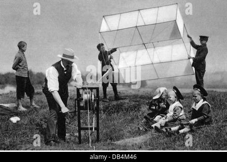 leisure, kiteflying, people letting kites fly, Tempelhof field, Berlin, 1905, Additional-Rights-Clearences-NA - Stock Photo